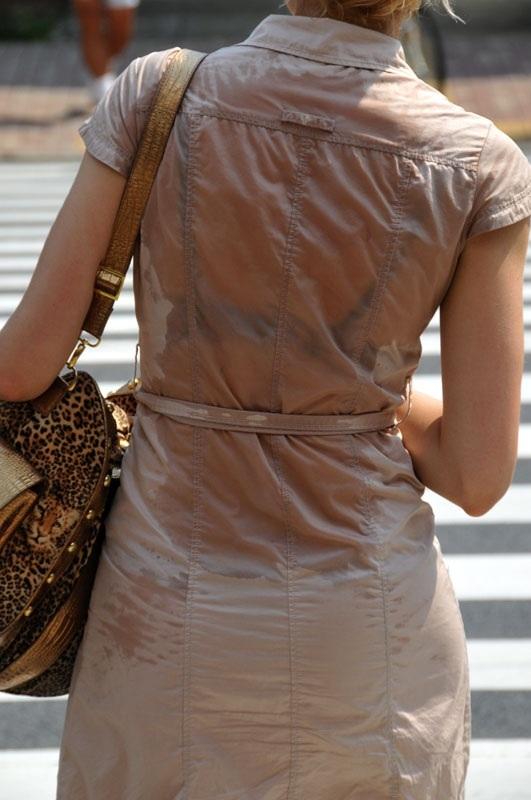 服が濡れて下着が透けて見えてる女の子 (4)