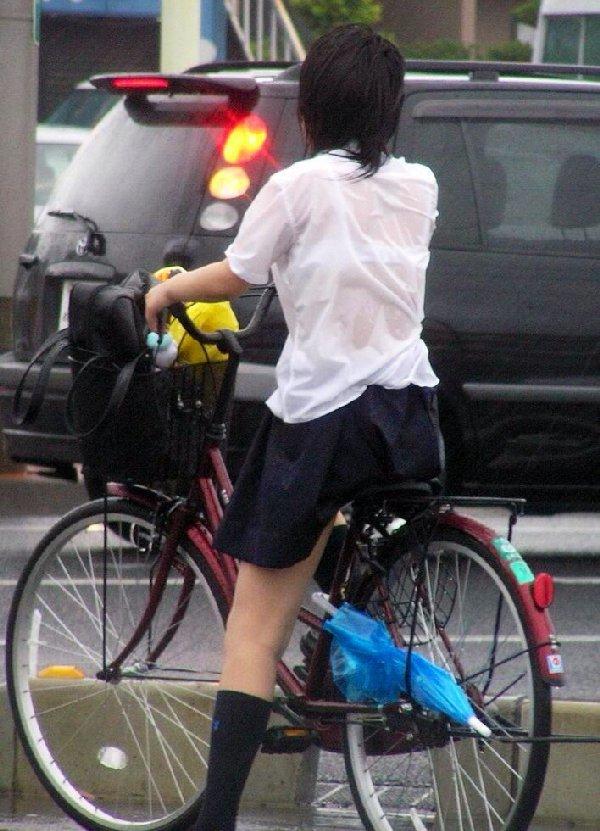 服が濡れて下着が透けて見えてる女の子 (17)