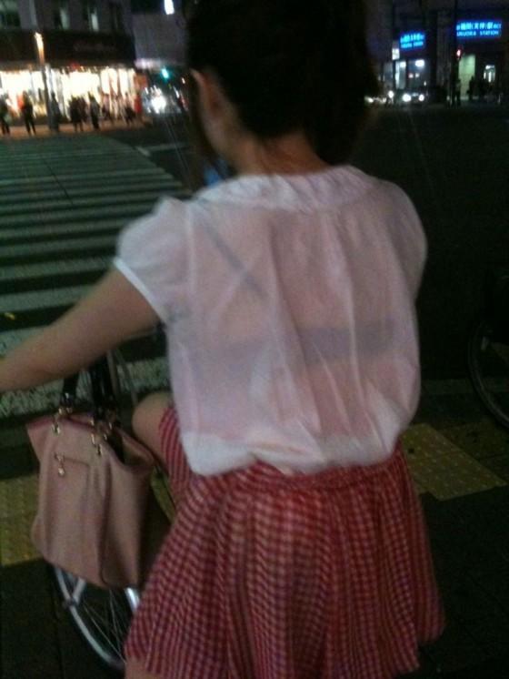 服が濡れて下着が透けて見えてる女の子 (7)