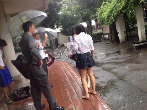 服が濡れて下着が透けて見えてる女の子 (2)