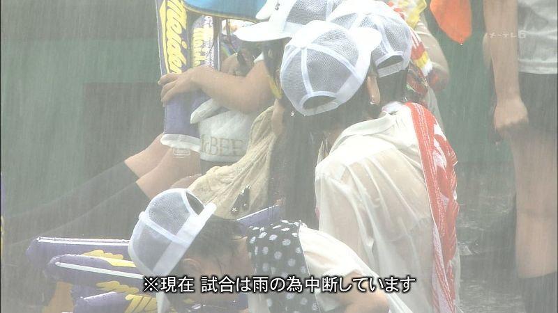 服が濡れて下着が透けて見えてる女の子 (8)