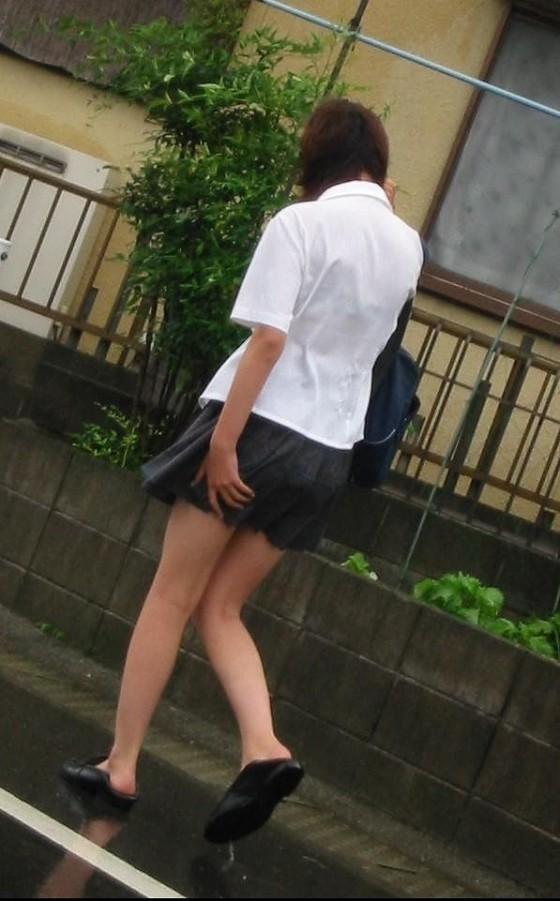服が濡れて下着が透けて見えてる女の子 (3)