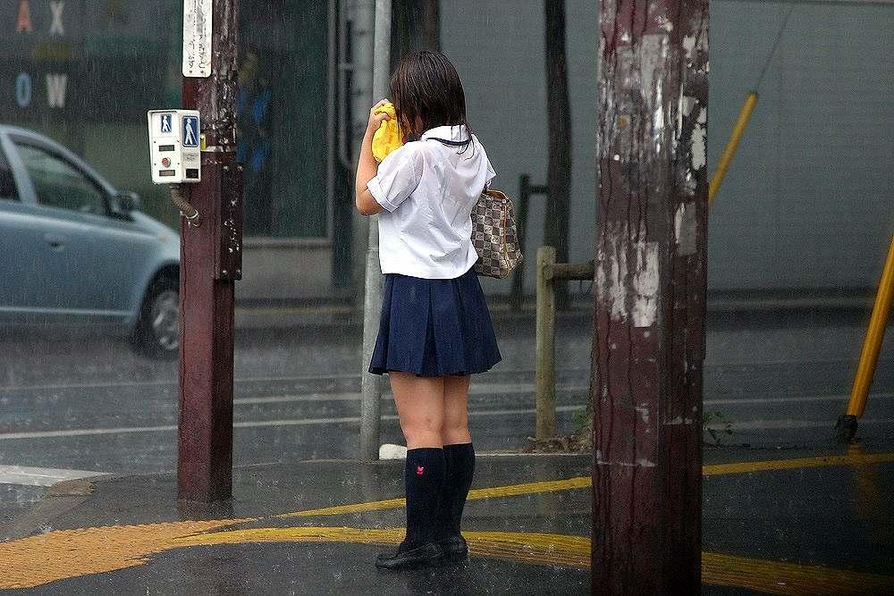服が濡れて下着が透けて見えてる女の子 (10)