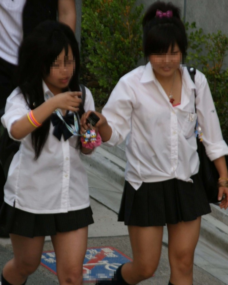 服が濡れて下着が透けて見えてる女の子 (5)