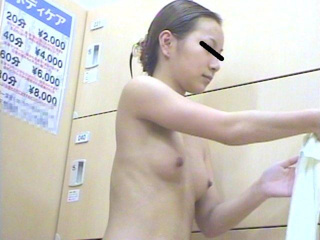 銭湯に来て脱衣している女の子 (5)