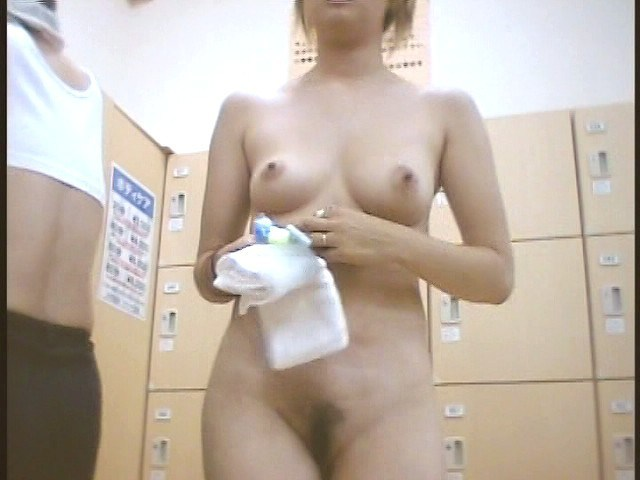 銭湯に来て脱衣している女の子 (11)