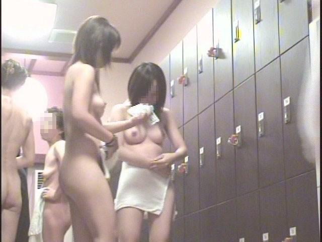 銭湯に来て脱衣している女の子 (9)