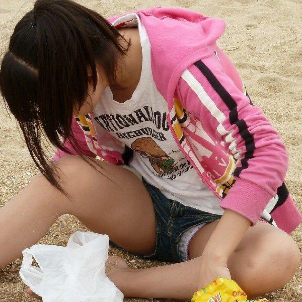 ショートパンツから見えている下着のエロさ (1)