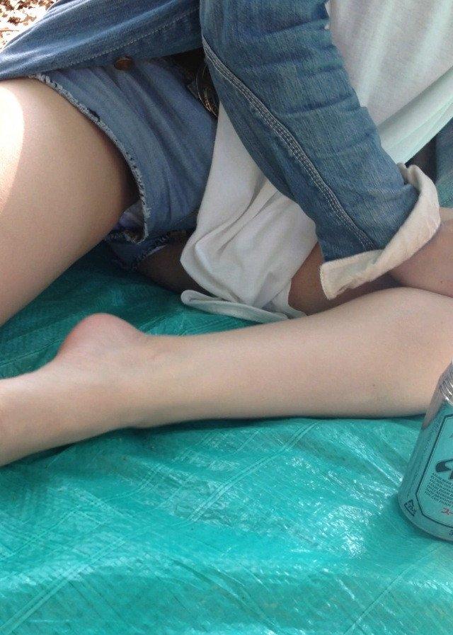ショートパンツから見えている下着のエロさ (15)
