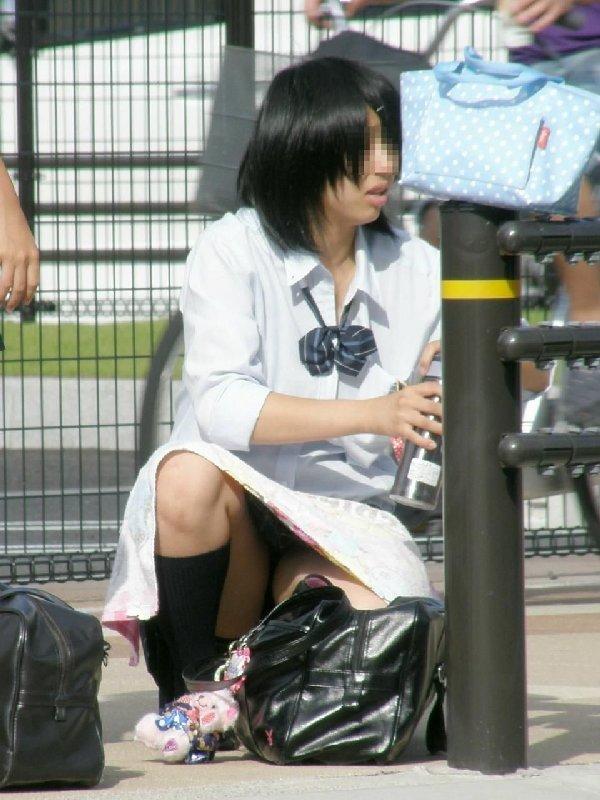 女子高生の下着が丸出しになってる (11)
