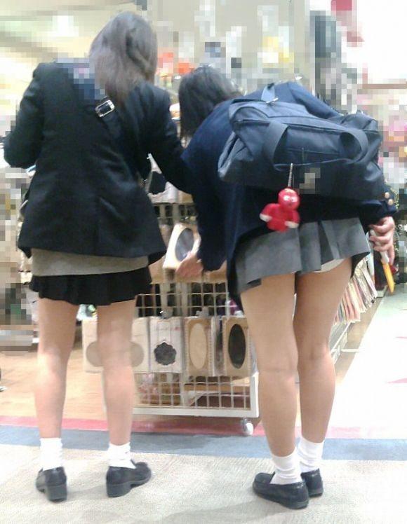 女子高生の下着が丸出しになってる (4)