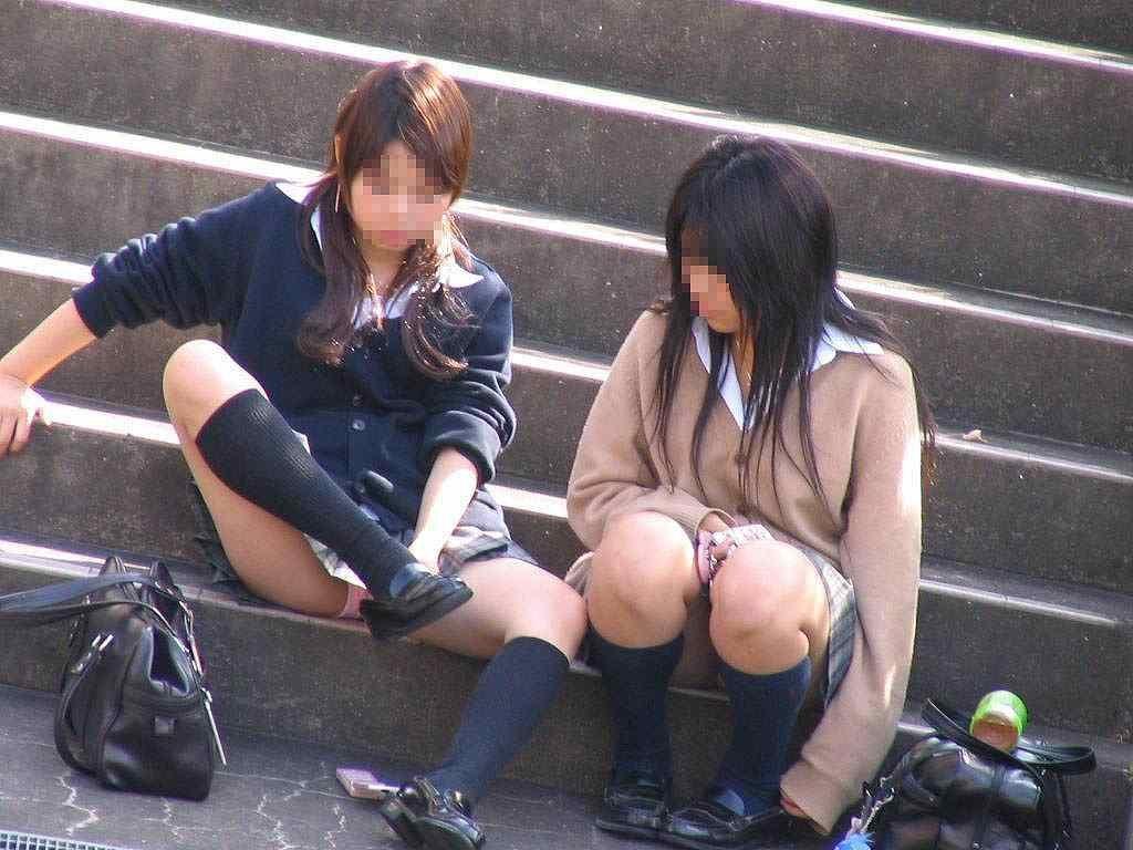 女子高生の下着が丸出しになってる (13)