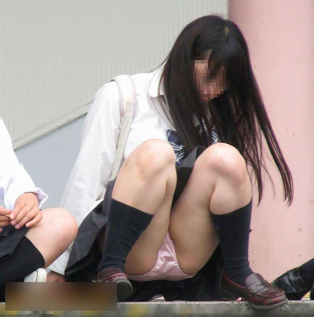 女子高生の下着が丸出しになってる (16)