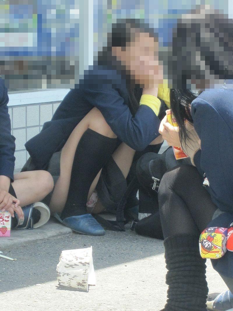 女子高生の下着が丸出しになってる (3)
