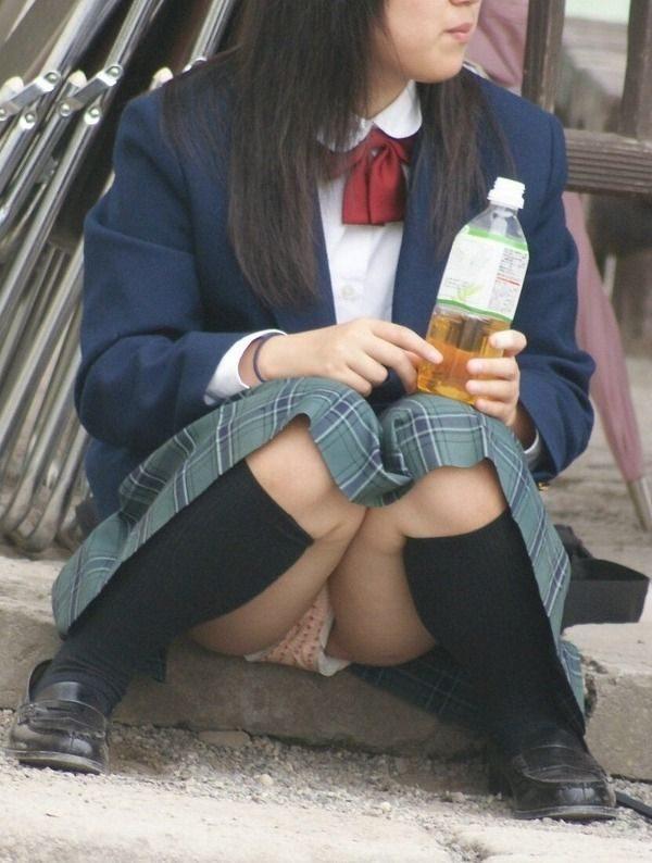 女子高生の下着が丸出しになってる (19)