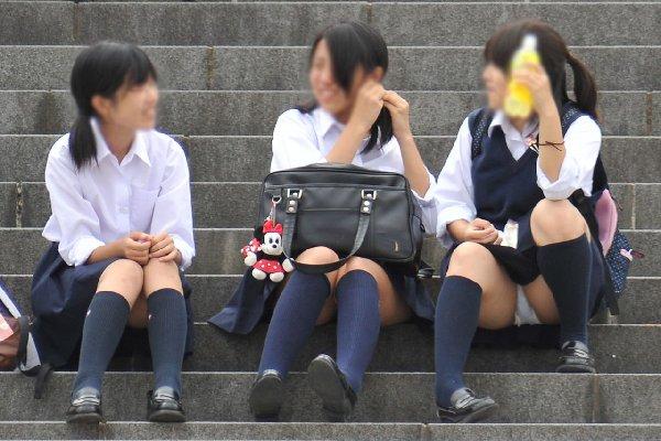 女子高生の下着が丸出しになってる (15)