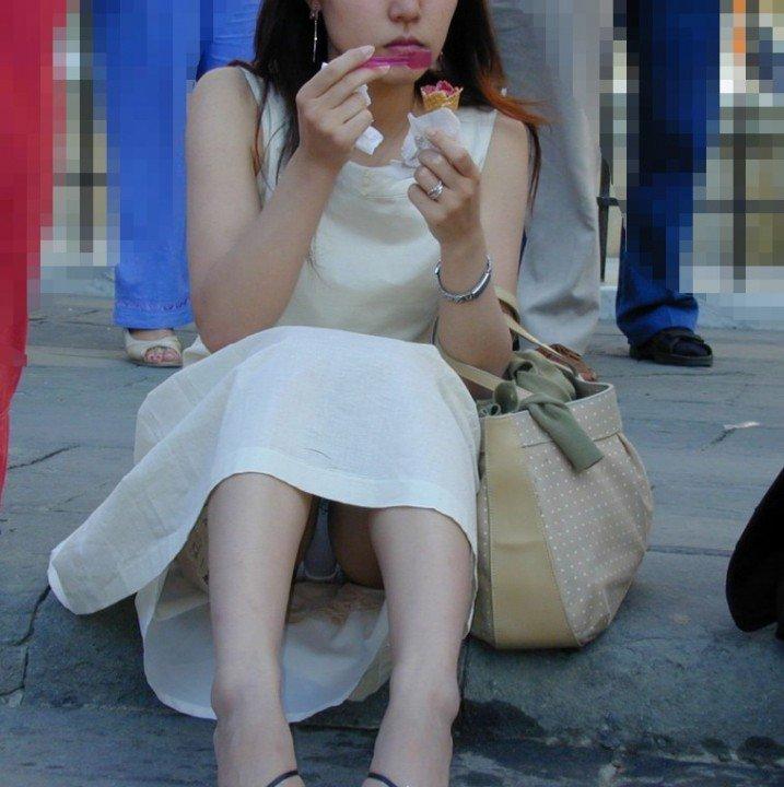 三角座りで下着がモロ見えな女の子 (6)