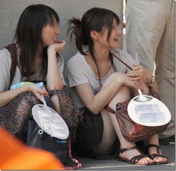 三角座りで下着がモロ見えな女の子 (15)