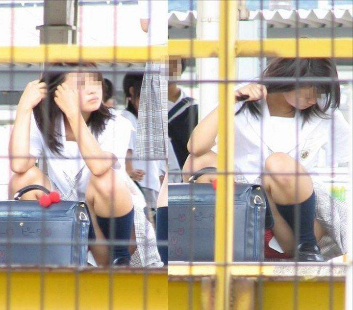 三角座りで下着がモロ見えな女の子 (16)