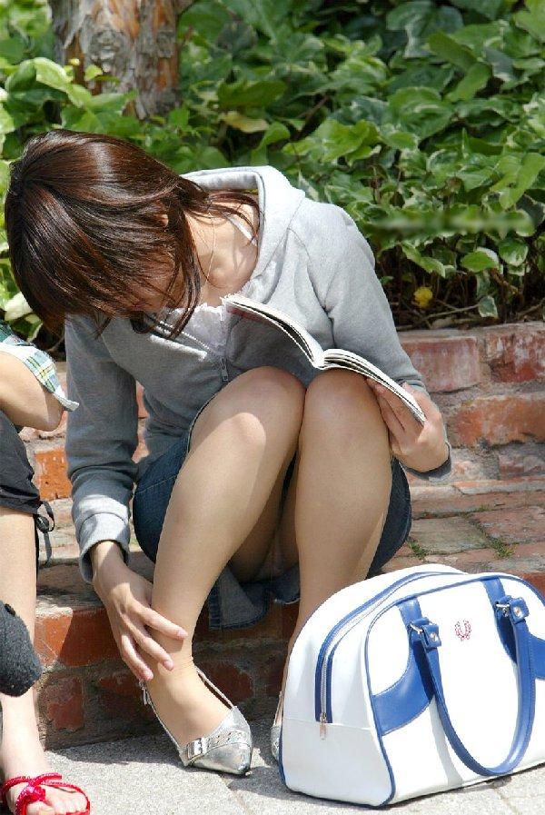 三角座りで下着がモロ見えな女の子 (13)