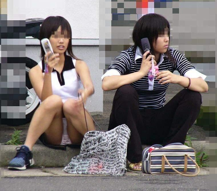 三角座りで下着がモロ見えな女の子 (3)