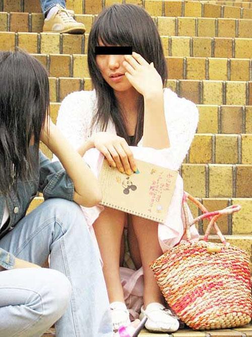 三角座りで下着がモロ見えな女の子 (18)