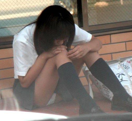 三角座りで下着がモロ見えな女の子 (1)