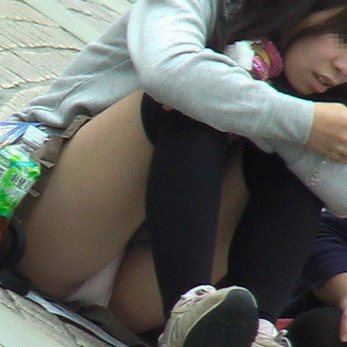 隙間から下着が見えているのに気付かない女の子 (1)