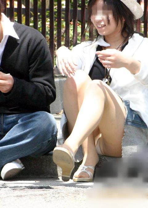 下着を見せたまま座っている女の子 (14)
