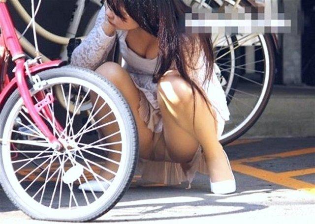 下着を見せたまま座っている女の子 (6)