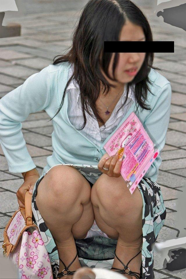 下着を見せたまま座っている女の子 (20)