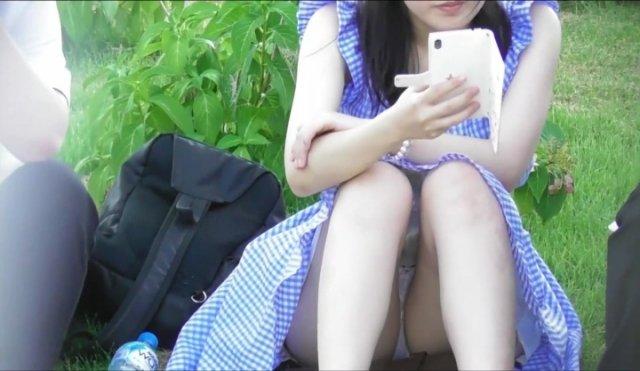 下着を見せたまま座っている女の子 (3)