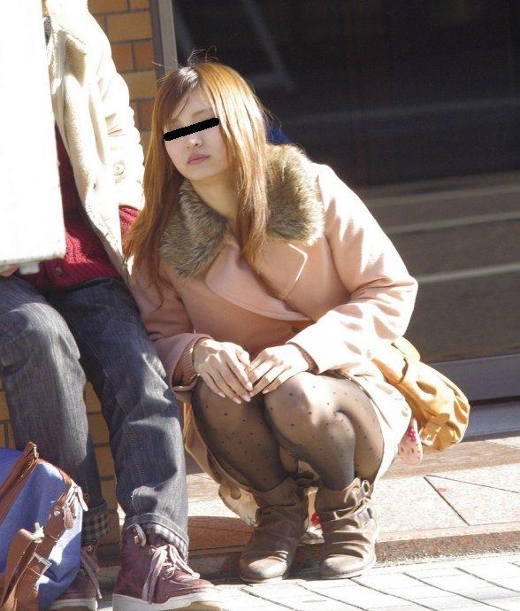 下着を見せたまま座っている女の子 (10)