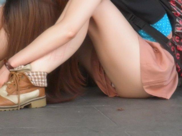 下着を見せたまま座っている女の子 (4)