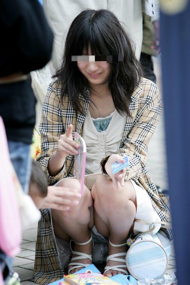 下着を見せたまま座っている女の子 (19)