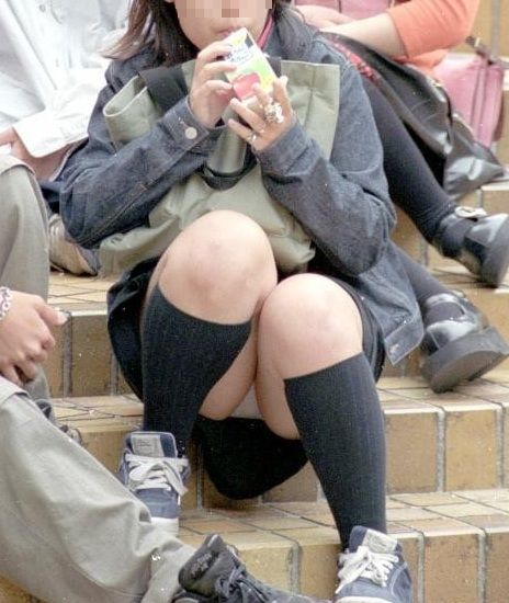下着を見せたまま座っている女の子 (16)
