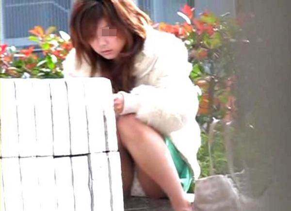 下着を見せたまま座っている女の子 (12)