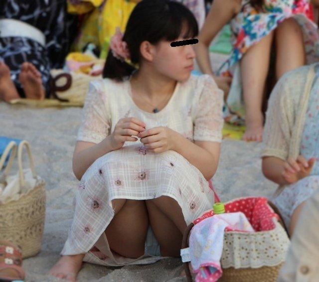 下着を見せたまま座っている女の子 (11)