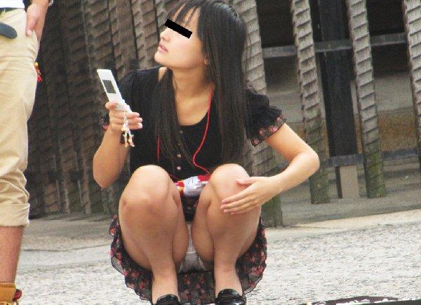 下着を見せたまま座っている女の子 (18)