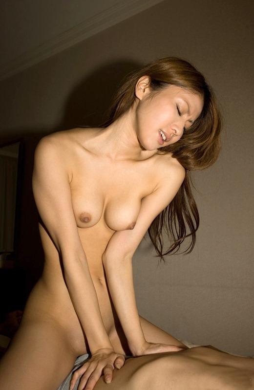 女性が上になって腰を振りながらSEXする (10)