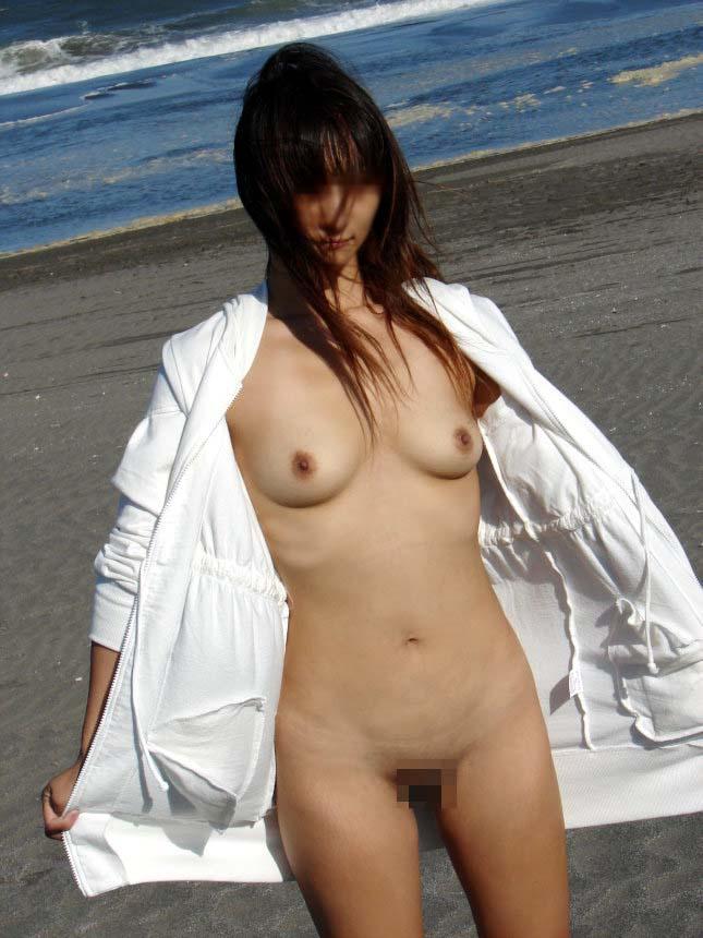 海岸で水着まで脱いで素っ裸になっちゃった女の子 (16)
