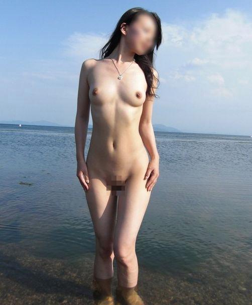 海岸で水着まで脱いで素っ裸になっちゃった女の子 (18)