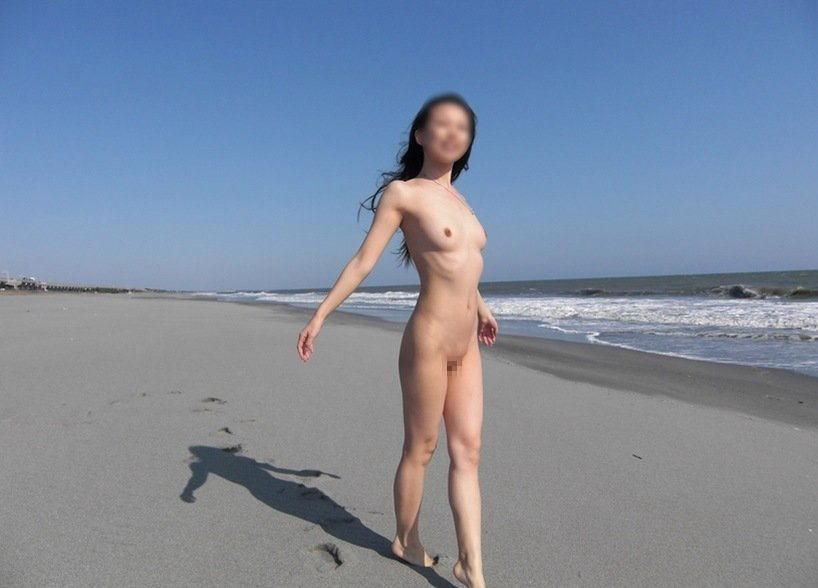 海岸で水着まで脱いで素っ裸になっちゃった女の子 (7)