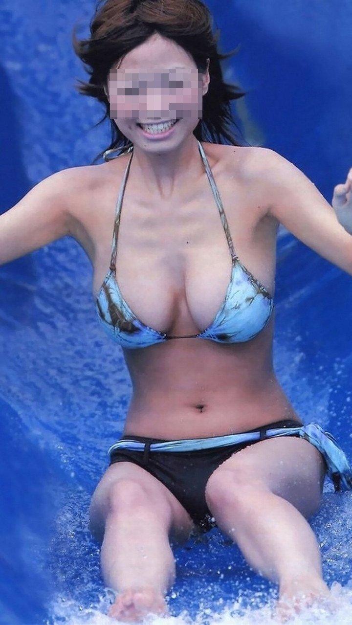 水着が小さ過ぎて、大きな乳房がポロリしそう (19)