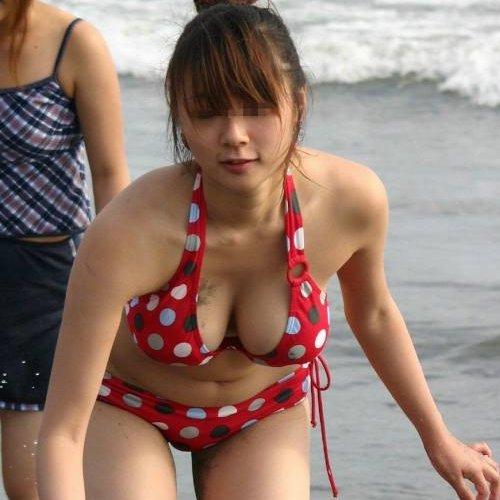 水着が小さ過ぎて、大きな乳房がポロリしそう (1)
