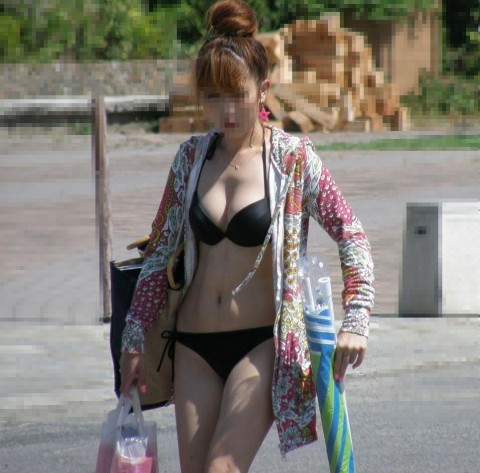 水着が小さ過ぎて、大きな乳房がポロリしそう (15)