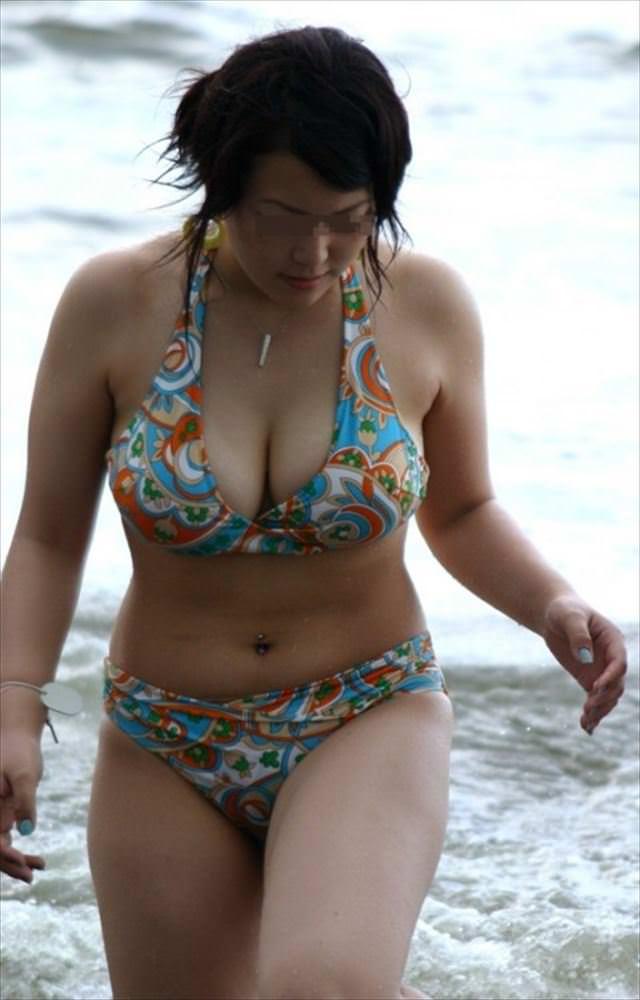 水着が小さ過ぎて、大きな乳房がポロリしそう (9)