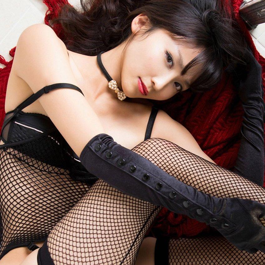 黒いランジェリーを着るとエロさが格段にアップ (1)
