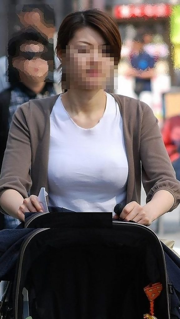 若い奥さんのデカい乳房がエロい (5)