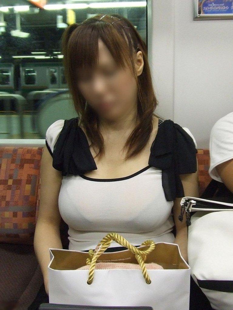 デカい乳房と透けて見える下着がエロい (4)